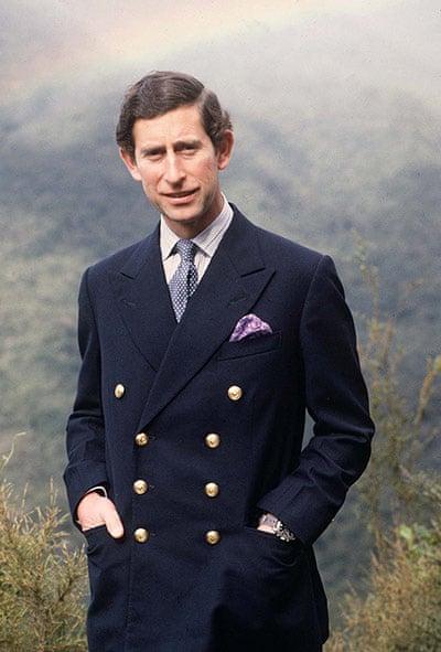 Prince Charles en blazer bleu marine